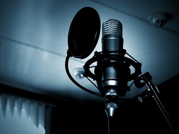 micrófono de estudio en azul