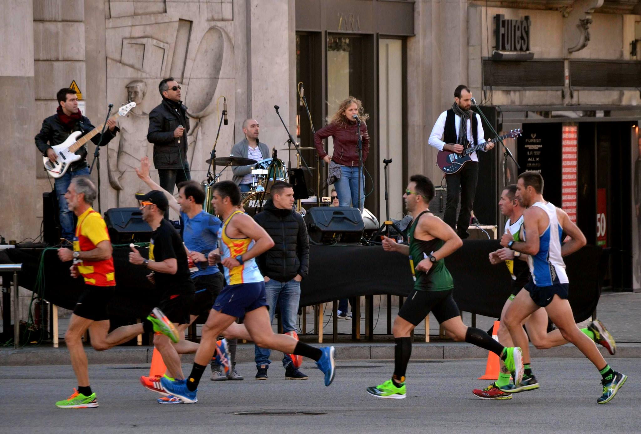 Concierto Hammer to Fall mitja marató de Barcelona escenario completo