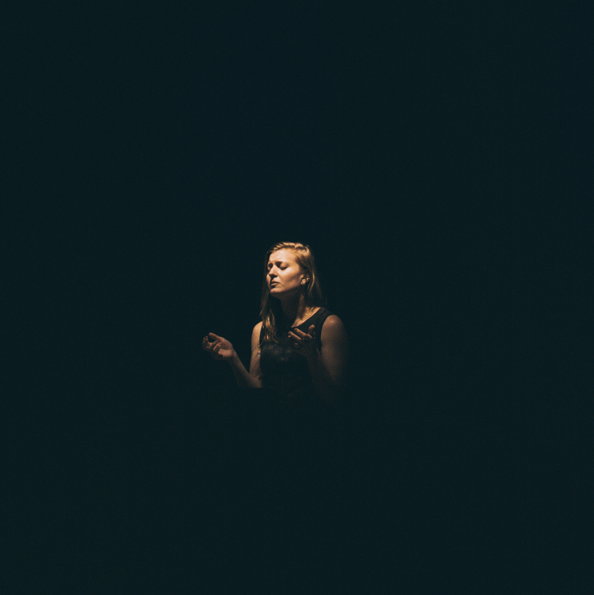 cantante interpretación fondo negro